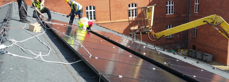 Greenpeace montuje panele na dachu słupskiej szkoły