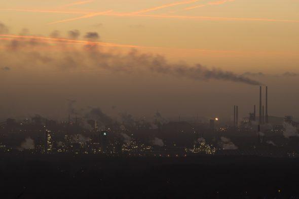 zanieczyszczenia emisje przemysł komin