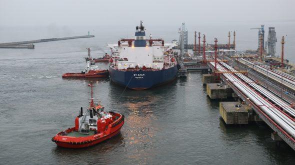 Na zdj.: transport pierwszej dostawy ropy naftowej z USA dla Grupy LOTOS do gdańskiego naftoportu, listopad 2017. Fot. Grupa Lotos