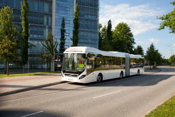 Hybrydowy autobus elektryczny elektromobilność przegubowy Volvo 7900. Fot. Volvo