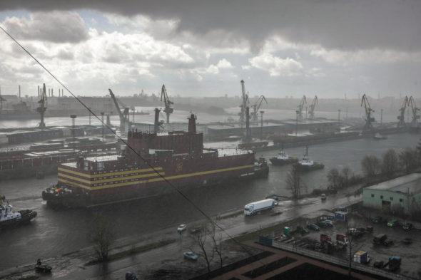 Pierwsza na świecie pływająca elektrownia atomowa jest w drodze z Petersburga do Murmańska. Fot. Greenpeace