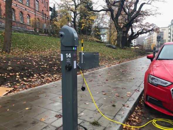 Punkty ładowania pojazdów elektrycznych w Royal Seaport. Fot. BiznesAlert.pl