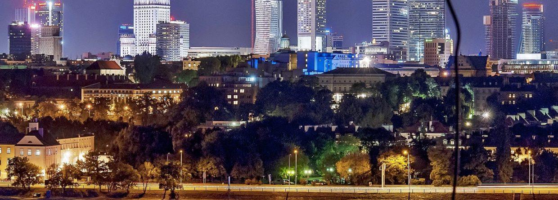 Warszawa nocą. Fot. Wikimedia Commons
