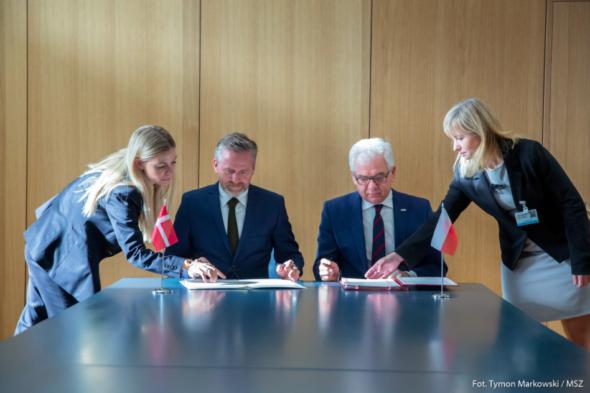 Podpisanie umowy między szefami MSZ Polski i Danii. Fot. MSZ