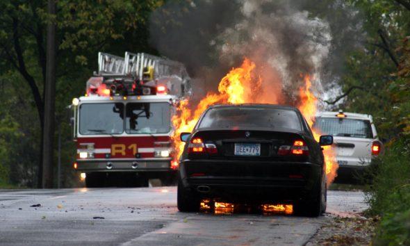 Płonący samochód BMW. Źródło: Wikicommons