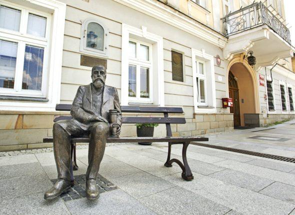 Ławeczka Łukasiewicza w Gorlicach. Źródło: Wikipedia