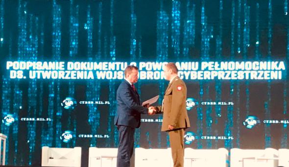 Podpisanie dokumentu o powołaniu pełnomocnika ds. utworzenia Wojsk Obrony Cyberprzestrzeni. Źródło: Twitter MON