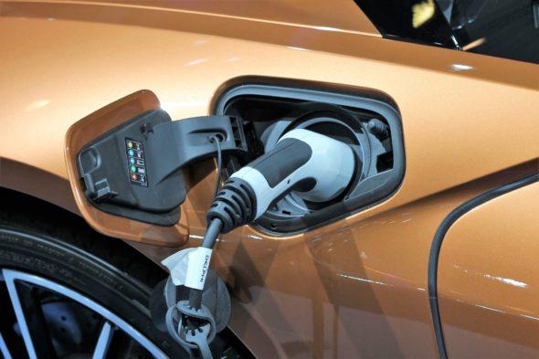 Samochód elektryczny ładowanie