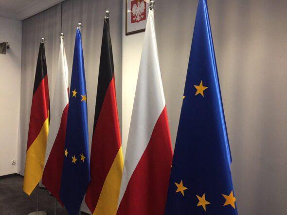 Flagi Polski, Niemiec i Unii Europejskiej. Fot. BiznesAlert.pl