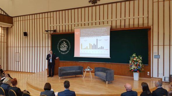 dr Kevin Hasset podczas wystąpienia w siedzibie SGH w Warszawie fot. BiznesAlert.pl