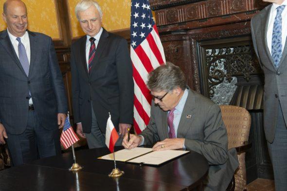 Amerykański Sekretarz Energii Rick Perry podpisał zezwolenia departamentu w czwartek, 2 maja, podczas pierwszego Forum Energetycznego Rady UE-UE w Brukseli. Fot. Rick Perry/Twitter