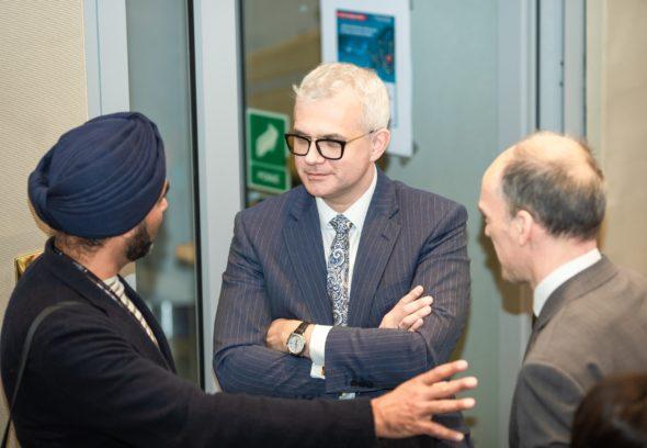 prof. Navraj Singh Ghaleigh (Uniwersytet w Edynburgu, Wielka Brytania), w środku: dr Mateusz Bonca (Prezes Zarządu Grupy LOTOS S.A.), po prawej: prof. Volker Roeben (Uniwersytet w Dundee, Wielka Brytnia)