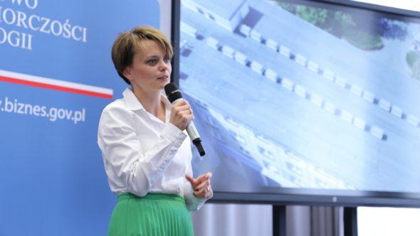Minister rozwoju Jadwiga Emilewicz podczas konferencji prasowej. fot. Ministerstwo Przedsiębiorczości i Technologii/Twitter