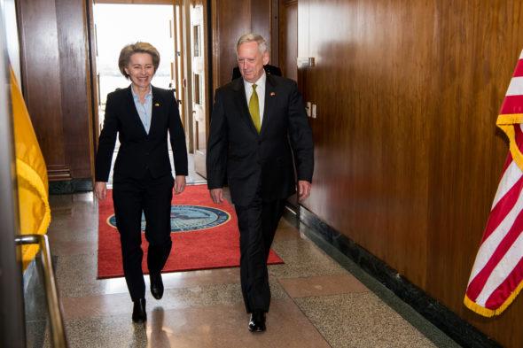 Były sekretarz obrony USA James N. Mattis i minister obrony narodowej RFN, kandydatka na przewodniczącą Komisji Europejskiej Ursula von der Leyen. Fot. Wikicommons, U.S. Air Force Staff Sgt. Jette Carr, Jim Mattis