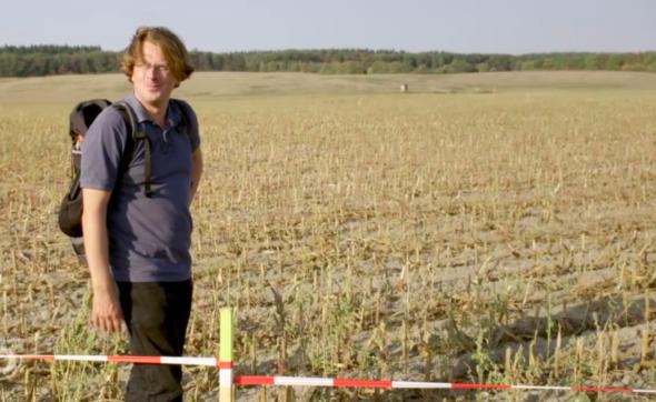 Malte Heynen na swoim polu, przez który ma przebiegać EUGAL. Źródło: Youtube