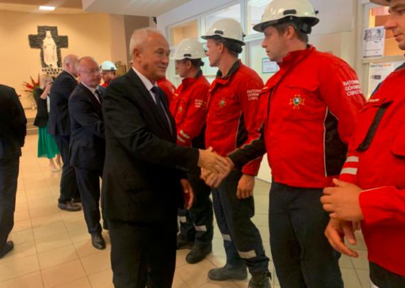 Minister energii Krzysztof Tchórzewski dziękuje służbom ratowniczym za akcję w kopalni Murcki-Staszic. Fot. Twitter:Ministerstwo Energii