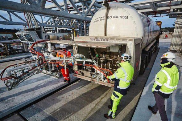 Ładowanie cysterny w polskim Terminalu LNG fot. Polskie LNG