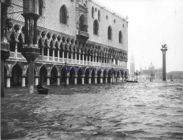 Acqua Alta w Wenecji w 1966 roku. Źródło: Wikicommons
