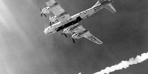 Bombowiec B-50 zrzuca ponaddźwiękowy samolot X-2. Źródło: Wikipedia