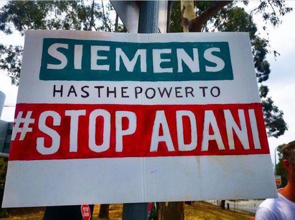 Protest przeciwko zaangażowaniu Siemensa w australijski węgiel. Źródło Instagram StopAdaniMovement