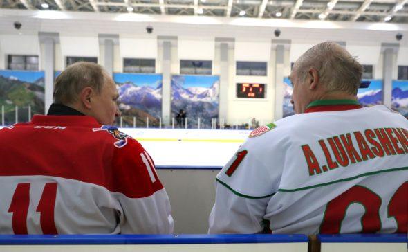 Władimir Putin i Aleksandr Łukaszenko na meczu hokeja