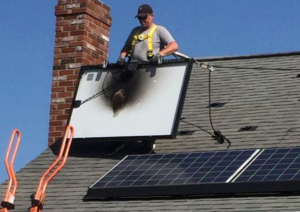 Spalony panel słoneczny usuwany z domu amerykańskiego obywatela fot. David Burek/Bloomberg