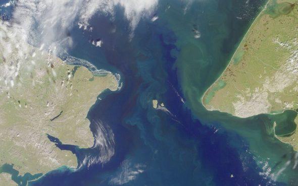 Cieśnina Beringa i Wyspy Diomedesa widziane z kosmosu. Źródło NASA