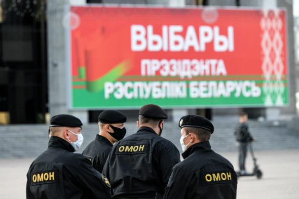 """Podpis na banerze """"Wybory prezydenta Republiki Białoruś"""" fot. Maksim Malinowski"""