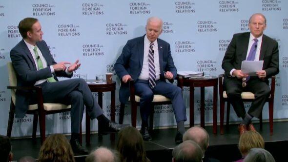 Michael Carpenter (L) i Joe Biden (C) w CFR. Fot. CFR