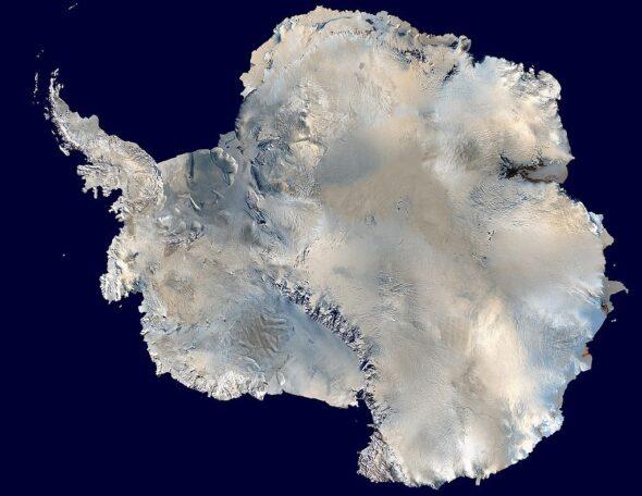 Antarktyda widziana z kosmosu. Źródło Wikipedia