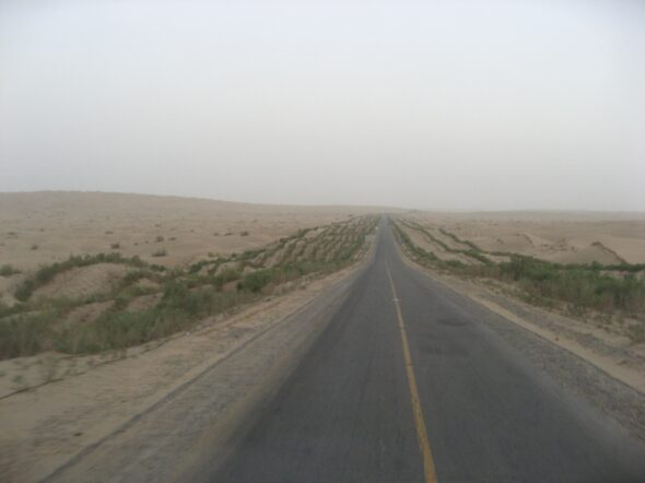 Droga wiodąca przez pustynię Takla Makan. Źródło Wikipedia