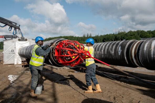 Rury projektu Baltic Pipe w Danii zostały zespawane, a następnie przeciągnięte przez Mały Bełt w Danii, pomiędzy Jutlandią i Fionią. Zdjęcie: Energinet/Maria Tuxen Heddegard