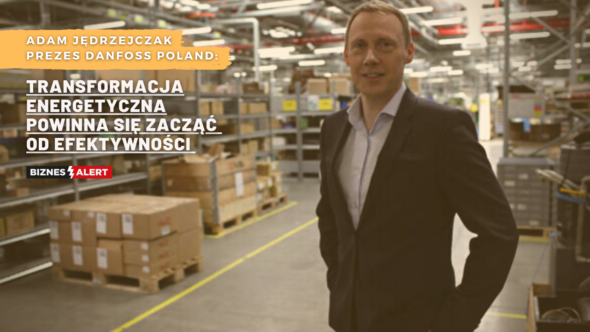 Adam Jędrzejczak. Fot. Danfoss Poland. Grafika: Gabriela Cydejko.