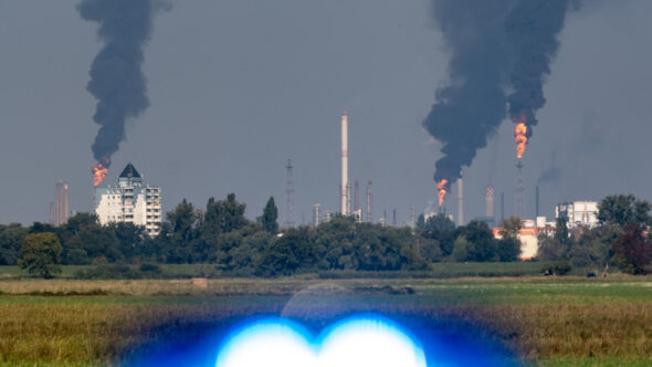 Płonące pochodnie rafinerii Schwedt
