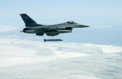 Amerykański F-16 i pocisk JASSM