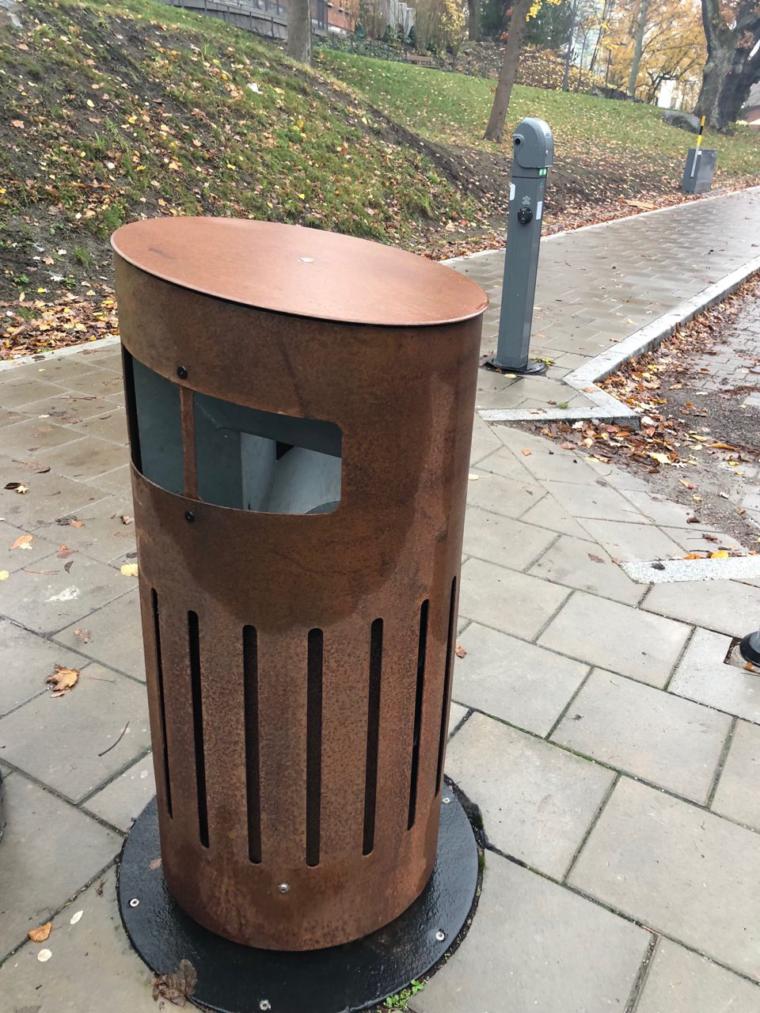 Jeden ze zwyczajnych koszy na śmieci, podłączony jednak do systemem selektywnej zbiórki odpadów i podziemnego przesyłu. Fot. BiznesAlert.pl