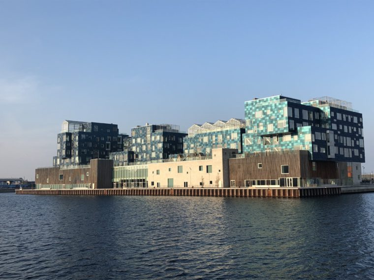 Tak wygląda budynek duńskiej szkoły międzynarodowej w kopenhaskiej dzielnicy Nordhavn. Błękitne płyty to instalacje fotowoltaiczne zapewniające 40 proc. energii potrzebnej obiektowi. Fot. BiznesAlert.pl.