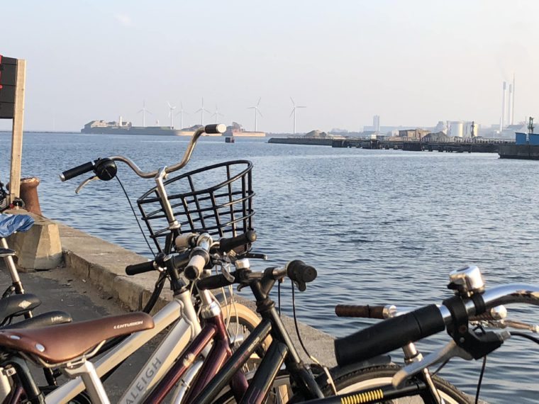 Rower i wiatraki. Popularny środek transportu w Kopenhadze oraz rosnące na znaczeniu źródło generacji energii elektrycznej. Nordhavn. Fot. BiznesAlert.pl
