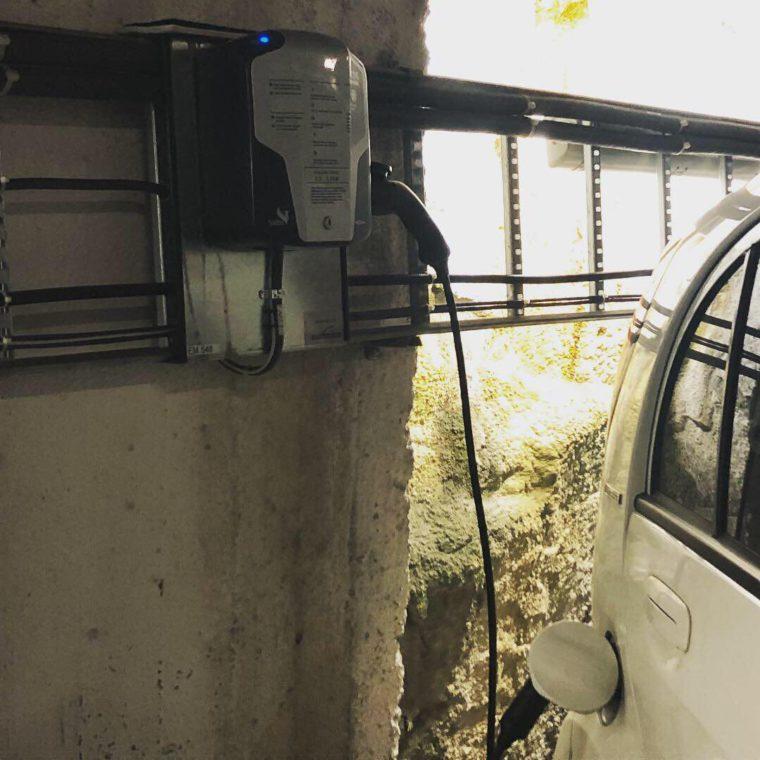 Przykładem jest pierwszy na świecie parking – garaż dedykowany elektryków na 100 wyposażony w punkty ładowania. Ładowanie pojazdów jest obecnie za darmo.