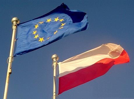 Flaga Polski i Unii Europejskiej. Źródło Wikicommons