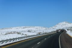Autostrada w Teksasie otoczona śniegiem. Fot. Freepik