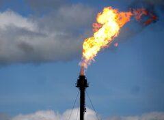 Flara na polu naftowym fot.wikimedia