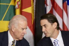 Joe Biden (L) i Amos Hochstein (P). Fot. Getty Images